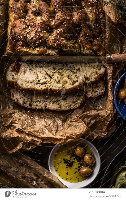 Nahaufnahme von frisch gebackenem hausgemachtem Focaccia-Brot mit Olivenöl, Draufsicht. Traditionelles italienisches Brot. Authentisches italienisches Küchenkonzept. Dunkel. Rustikaler Stil