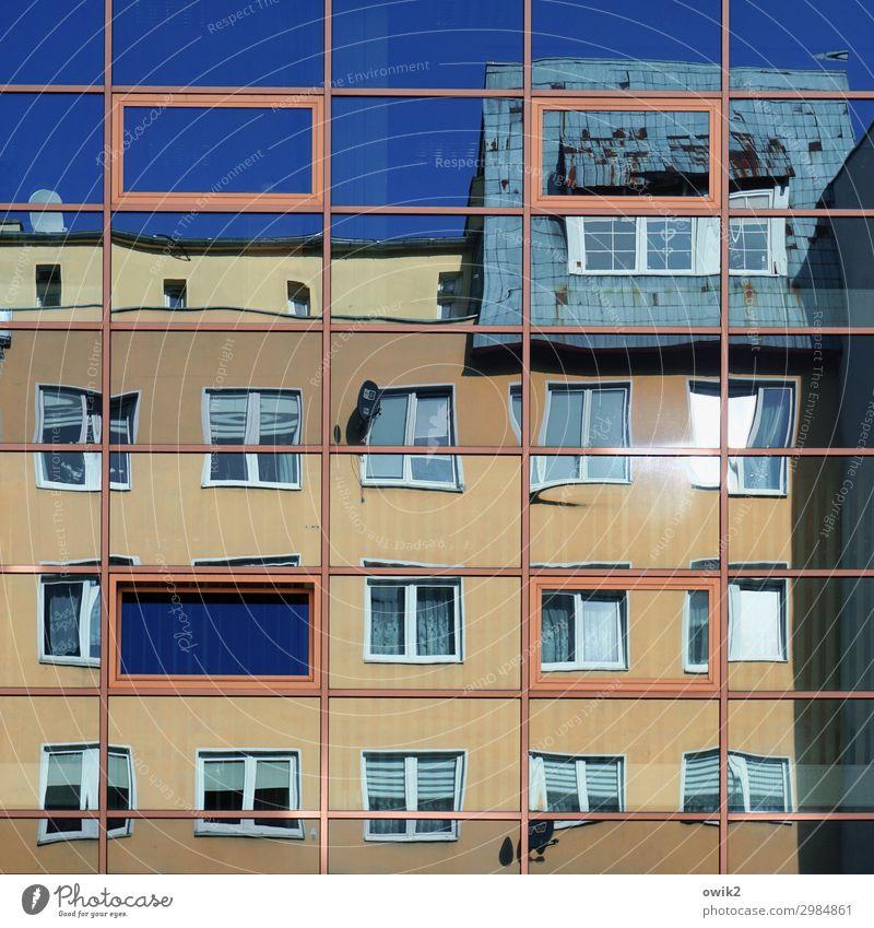 Bewegte Bilder Wolkenloser Himmel Kolberg Polen Kolobrzeg Osteuropa Kleinstadt bevölkert Haus Fassade Fenster eckig Stadt viele verrückt bizarr verschoben