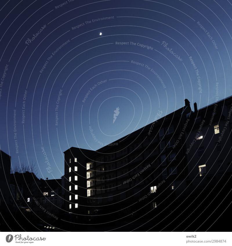 Dauerlicht Bautzen Plattenbau Haus Fenster leuchten dunkel blau schwarz Mond Mondschein Farbfoto Außenaufnahme Menschenleer Textfreiraum links