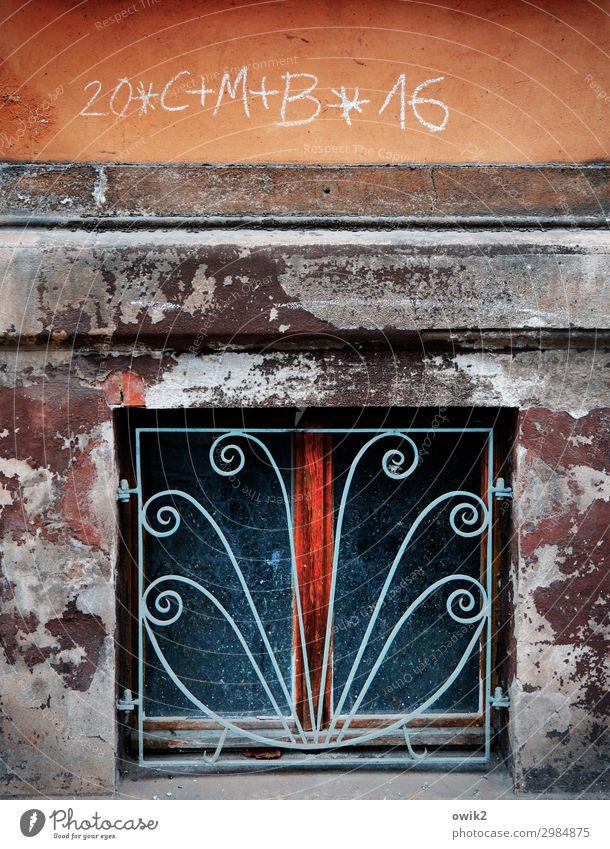 Haussegen Kleinstadt Altstadt bevölkert Mauer Wand Fassade Fenster Zeichen Schriftzeichen alt Hoffnung Religion & Glaube Segnung Katholizismus Zahn der Zeit