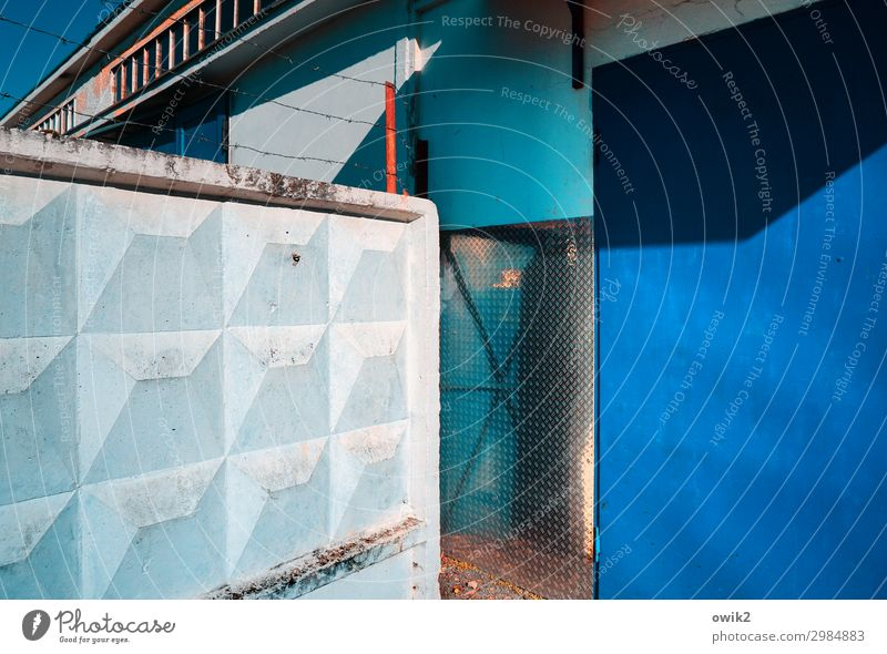 Verschwiegen Mauer Wand Fassade trist blau schwarz weiß Konzentration stagnierend Ecke Verschwiegenheit Farbfoto Außenaufnahme Muster Strukturen & Formen