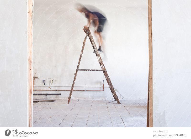 Leiter hoch (4) Mensch Mann Innenarchitektur Wand Textfreiraum Mauer Häusliches Leben Wohnung Raum Tür Baustelle Klettern Karriere Renovieren Altbau