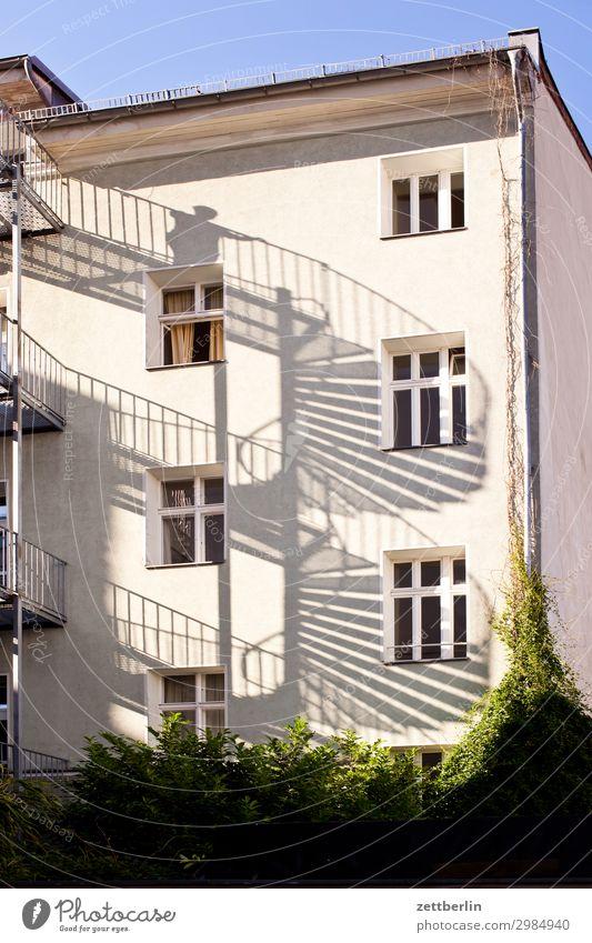 Wendeltreppe Haus Wohnhaus Wohnhochhaus Mehrfamilienhaus Häusliches Leben Wohngebiet Stadt Berlin Berlin-Mitte Fassade Fenster Treppe Notausgang Feuerleiter