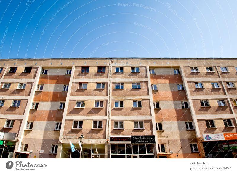Neubaublock in Legnica Himmel Himmel (Jenseits) Stadt Haus Fenster Textfreiraum Fassade Häusliches Leben Wohnung malerisch Wohnhaus Wohnhochhaus verfallen