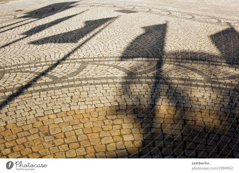 Fahnen alt Altstadt antik legnica malerisch Polen Schlesien Stadt Platz Marktplatz Licht Schatten Wind wehen Pflastersteine Kopfsteinpflaster Menschenleer