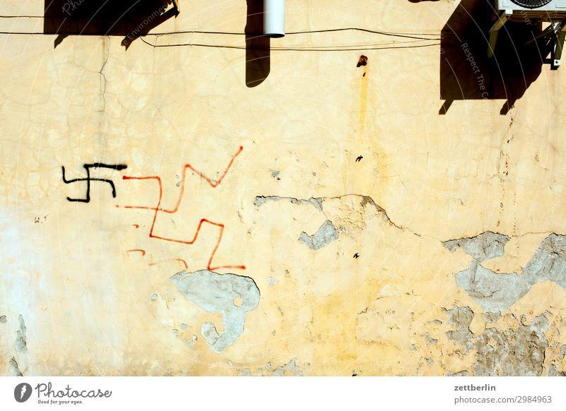 Verbotene Kennzeichen rechtsextremistischer Organisationen Hakenkreuz swastika rechtsextremismus Nationalsozialismus Faschist Symbole & Metaphern Wand Mauer
