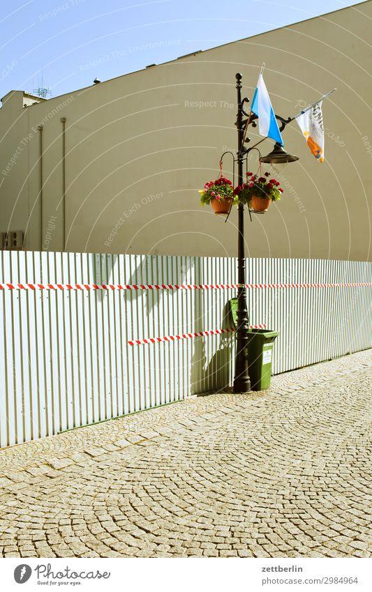 Legnica again alt Altstadt antik Haus legnica malerisch Polen Schlesien Stadt Wohnhaus Wand Mauer Fahne Fahnenmast Wellblech Zaun Wellblechwand Baustelle Grenze