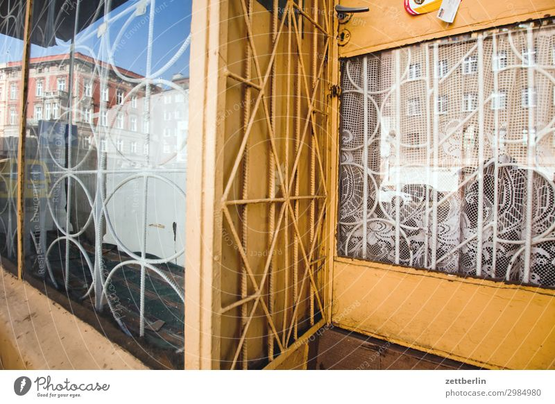 Vergittertes Schaufenster alt Altstadt antik Haus legnica malerisch Polen Schlesien Stadt verfallen Wohnhaus Ladengeschäft Handel Fenster Gitter geschlossen