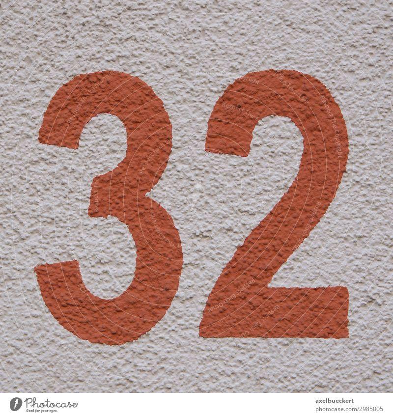 rote Zahl 32 - Hausnummer zweiunddreißig Design Mauer Wand Fassade Symbole & Metaphern Quadrat Ziffern & Zahlen Putzfassade Farbfoto Außenaufnahme Nahaufnahme