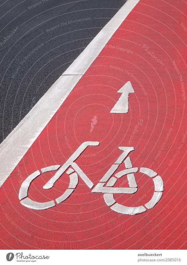 rote Radspur mit Fahrrad Symbol Straße Lifestyle Wege & Pfade Deutschland Verkehr Fahrradfahren Sicherheit Symbole & Metaphern Richtung Asphalt Pfeil
