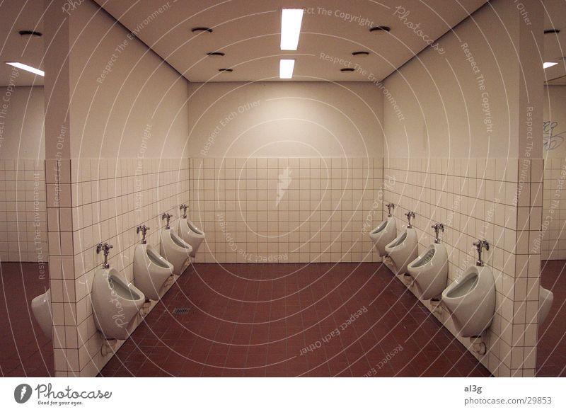 """""""austreten"""" Herr Pissoir Neonlicht Architektur Toilette in reih und """"""""glied"""""""" mittelachse"""