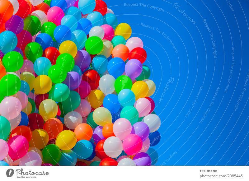 Fliegende Ballons Freude Sommer Dekoration & Verzierung Feste & Feiern Geburtstag Menschengruppe Himmel Luftballon alt fliegen heiß retro blau gelb grün rot