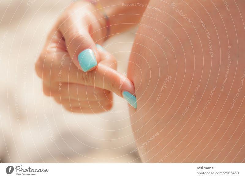 Frau, die ihre Babyschwelle mit dem Finger berührt. Gesundheitswesen Medikament Kind feminin Erwachsene Mutter Familie & Verwandtschaft Hand Herz berühren Liebe