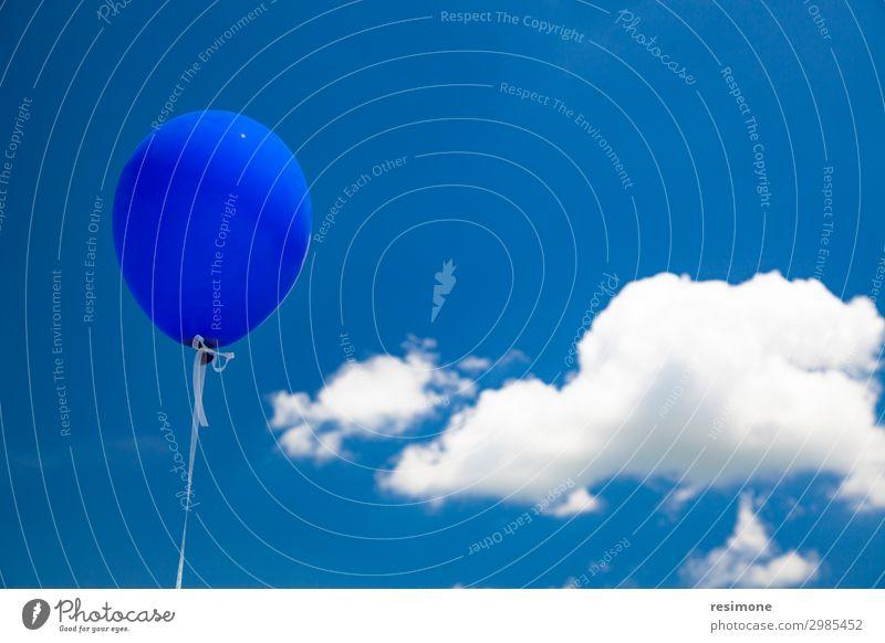 Blauer Ballon fliegt am Himmel. Freude Sommer Dekoration & Verzierung Feste & Feiern Geburtstag Menschengruppe Wolken Luftballon fliegen glänzend Fröhlichkeit
