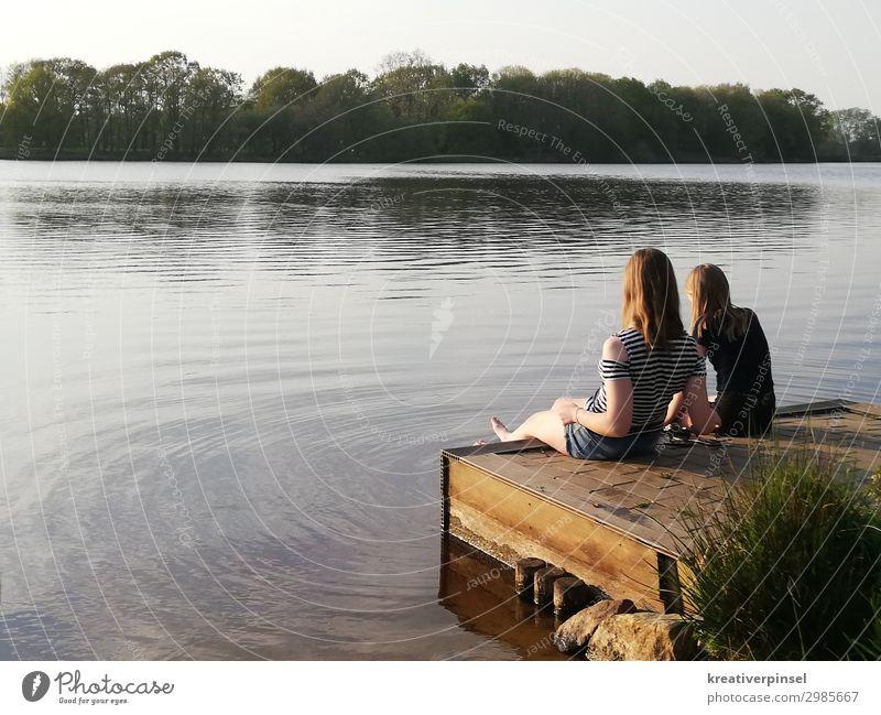 Am See am see See Wasser Wasseroberfläche Füsse baumeln lassen füssen Füße waschen Fuß im Wasser Erholung Sommertag Ferien Natur Naturliebe Beine Mädchen