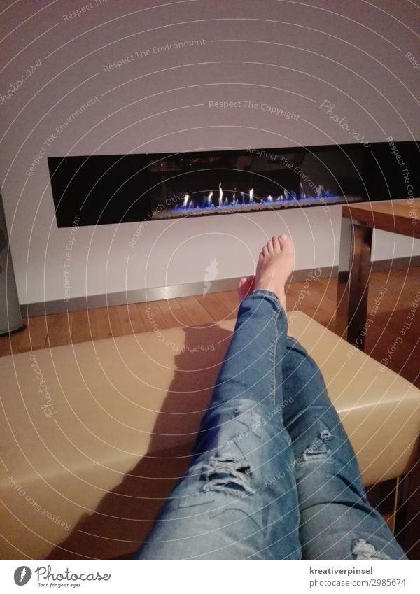 Füsse hoch harmonisch Zufriedenheit Erholung ruhig Wohnung Möbel Sessel Stuhl Tisch Kamin Wohnzimmer Mensch feminin Junge Frau Jugendliche Beine Fuß 1