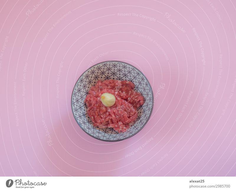 Hackfleisch in einer Schüssel auf rosa Hintergrund Fleisch Ernährung frisch rot Rindfleisch Burger Metzger Essen zubereiten Fett flache Verlegung Lebensmittel
