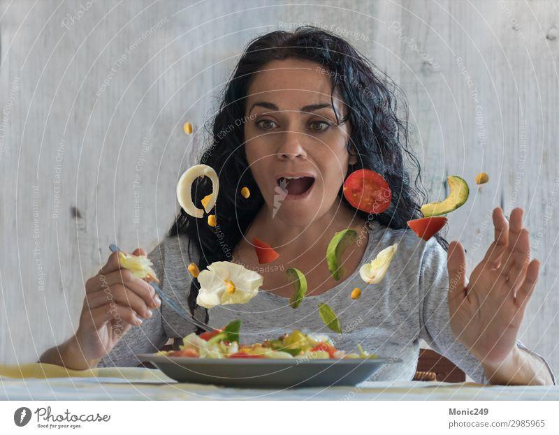 Frau Gesunde Ernährung grün Lifestyle Erwachsene natürlich Bewegung Glück fliegen frisch genießen beobachten lecker Gemüse Bauernhof Essen zubereiten