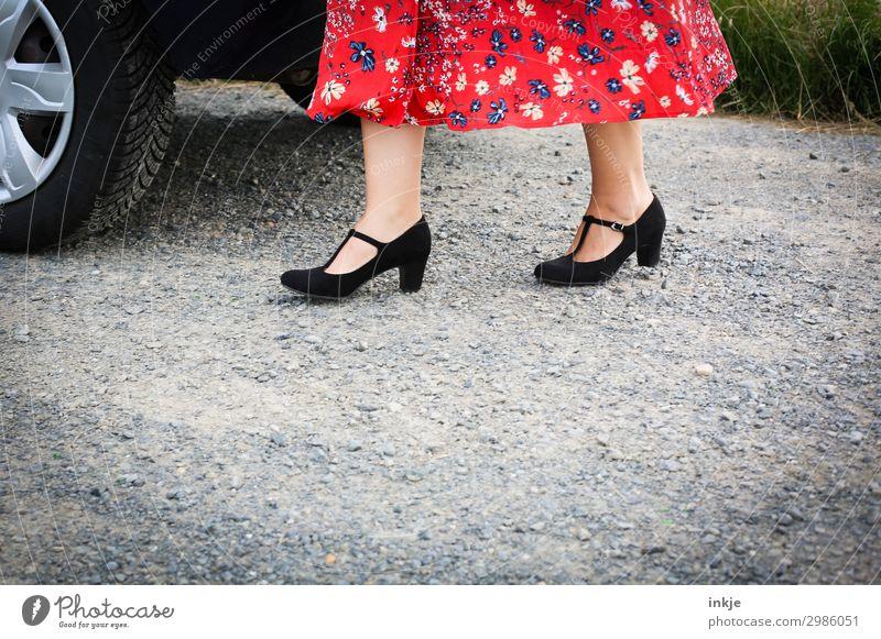 Parkplatz Lifestyle elegant Stil ausgehen Jahrmarkt Hochzeit Geburtstag feminin Frau Erwachsene Leben Frauenfuß Frauenbein Fuß 1 Mensch Platz Verkehr Autofahren