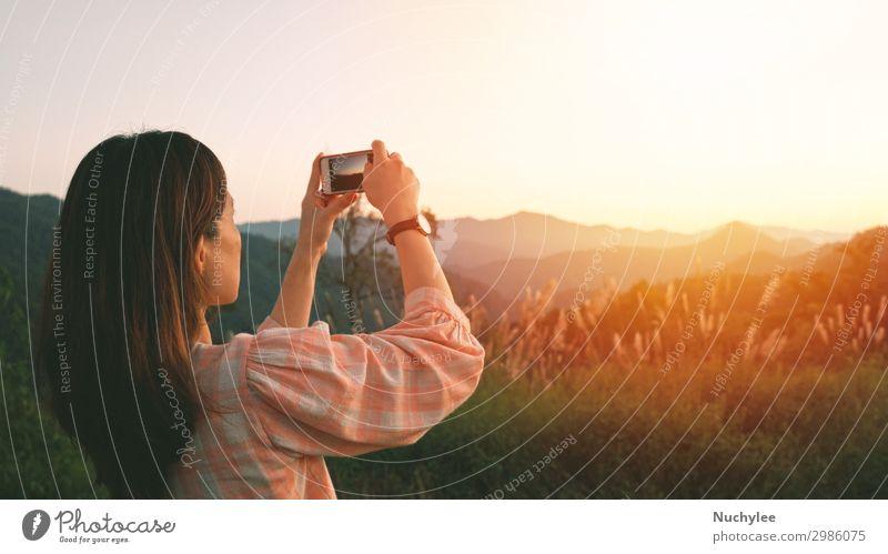 Junge asiatische Frau fotografiert mit ihrem Smartphone Lifestyle Ferien & Urlaub & Reisen Tourismus Ausflug Sightseeing Berge u. Gebirge Telefon PDA Fotokamera