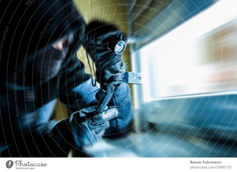 Ein Einbrecher schaut durch ein Fenster Mensch blau dunkel warten beobachten Gewalt Aggression Zerstörung Einfamilienhaus Feindseligkeit