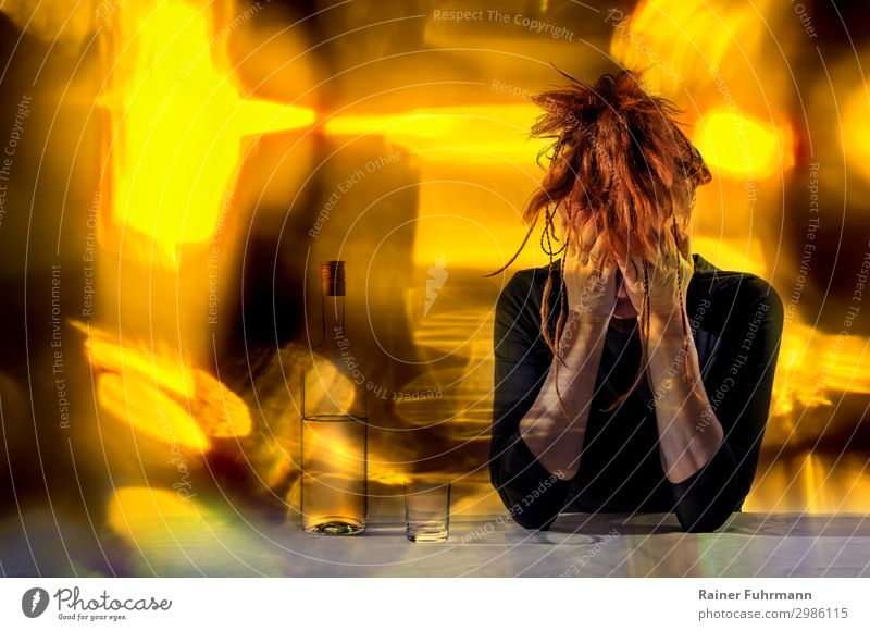 Eine betrunkene Frau sitzt am Tisch Mensch Einsamkeit Erwachsene gelb feminin Party sitzen trinken Scham rothaarig Laster Moral Reue