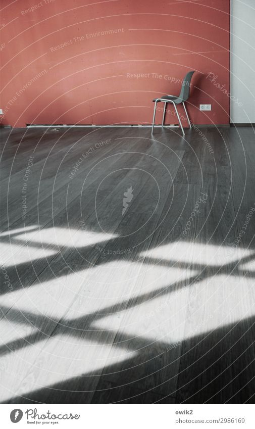 Zurückgelassen Mauer Wand Bodenbelag Stuhl Metall Kunststoff stehen warten grau rot weiß geduldig ruhig Traurigkeit Sorge Trauer Sehnsucht Fernweh Einsamkeit