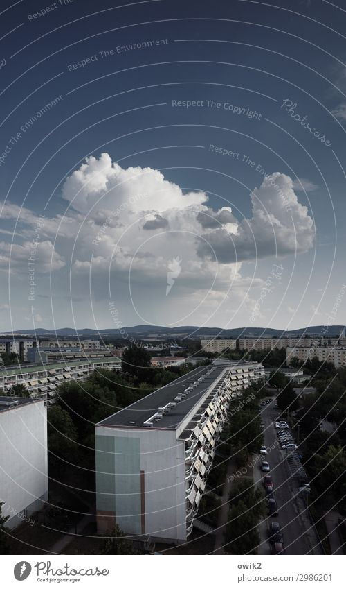 Räuchermännchen Himmel Wolken Horizont Schönes Wetter Bautzen Kleinstadt Stadtrand bevölkert Haus Mauer Wand Fassade Balkon Fenster Plattenbau außergewöhnlich