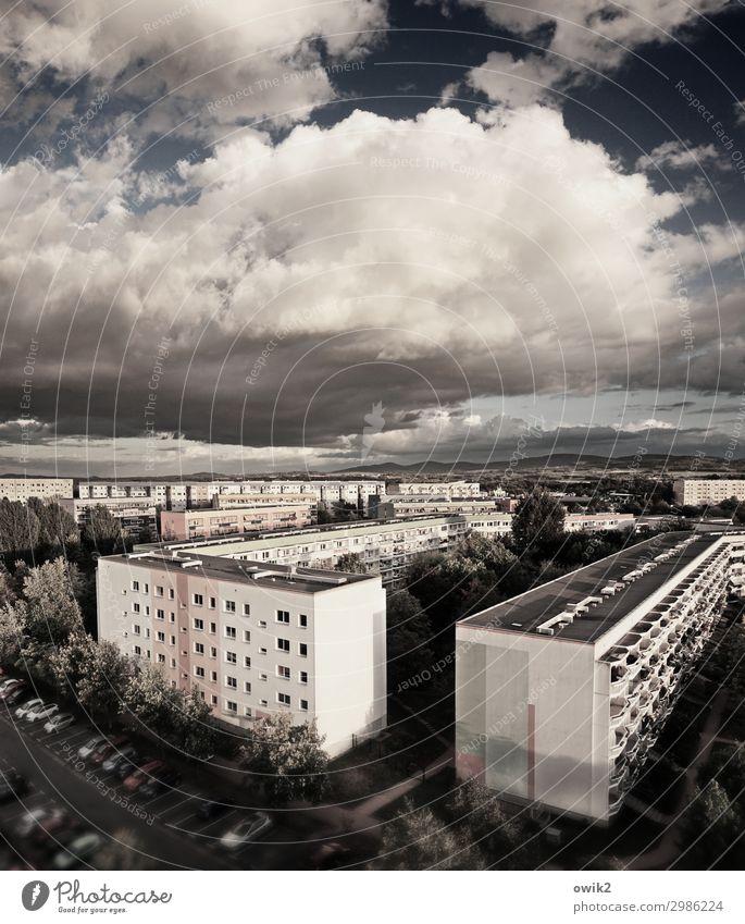 Geblockt Himmel Wolken Bautzen Kleinstadt Stadtrand bevölkert Haus Mauer Wand Balkon Plattenbau Ferne Farbfoto Gedeckte Farben Außenaufnahme Menschenleer