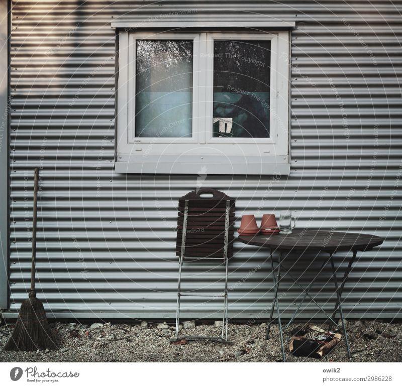 Einfaches Leben Bauwerk Wellblech Wellblechwand Wellblechhütte Mauer Wand Fassade Fenster Klappstuhl Klapptisch Besen Blumentopf Metall Kunststoff einfach ruhig