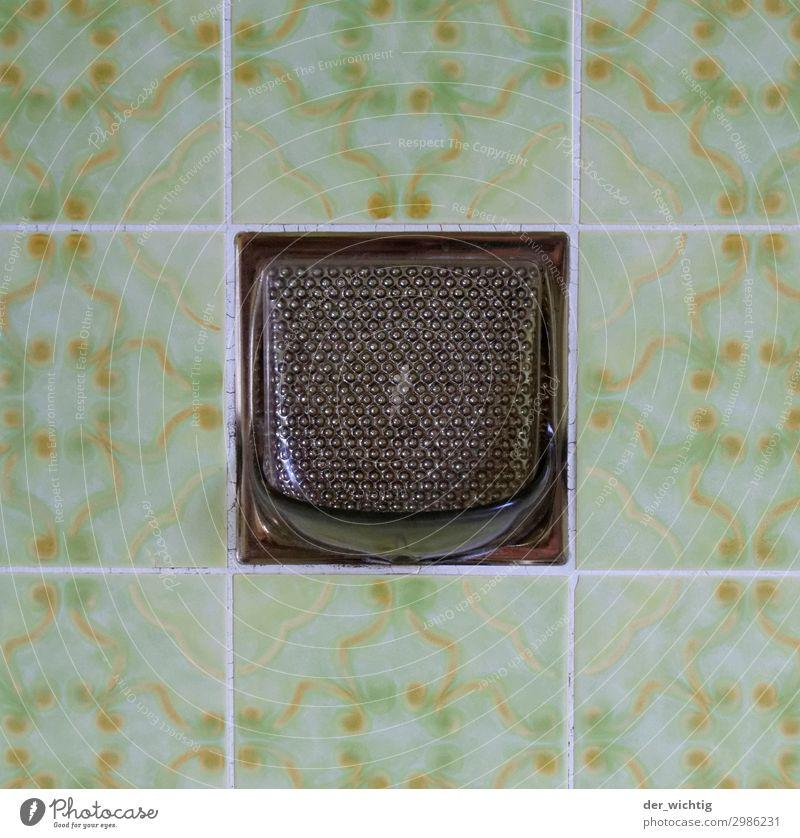 Seifenhater und Fliesen alt Stadt schön grün weiß gelb braun retro Sauberkeit Bad Fliesen u. Kacheln trashig Ornament Dusche (Installation) hässlich