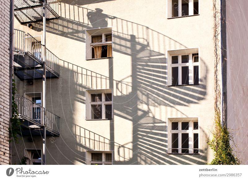 Mann auf der Wendeltreppe Haus Wohnhaus Wohnhochhaus Mehrfamilienhaus Häusliches Leben Wohngebiet Stadt Berlin Berlin-Mitte Fassade Fenster Treppe Notausgang