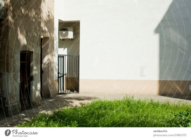Textfreiraum, mittig alt Altstadt antik Haus legnica malerisch Polen Schlesien Stadt verfallen Wohnhaus Hof Hinterhof hinten Rückansicht Wiese Gras Rasen