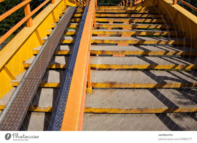 Treppe Stadt Niveau Übergang Fußgängerübergang Fußgängerbrücke Karriere Licht Schatten gelb steigen aufsteigen Geländer Treppengeländer Brückengeländer