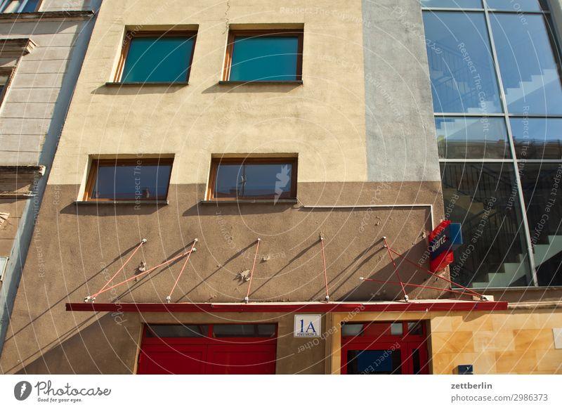 1a Fassade alt Altstadt antik Haus legnica malerisch Polen Schlesien Stadt Wohnhaus Fenster Fensterfront Eingang Zugang Vordach Neubau Büro Bürogebäude