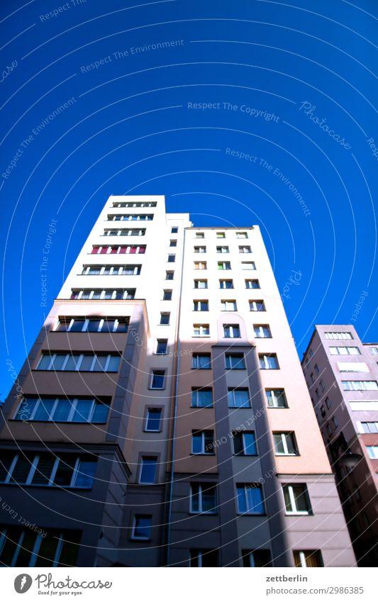 Neubaublock Haus Wohnhaus Wohnhochhaus Neubausiedlung Mehrfamilienhaus Wohngebiet Perspektive Froschperspektive Etage Fassade Fenster Himmel Himmel (Jenseits)