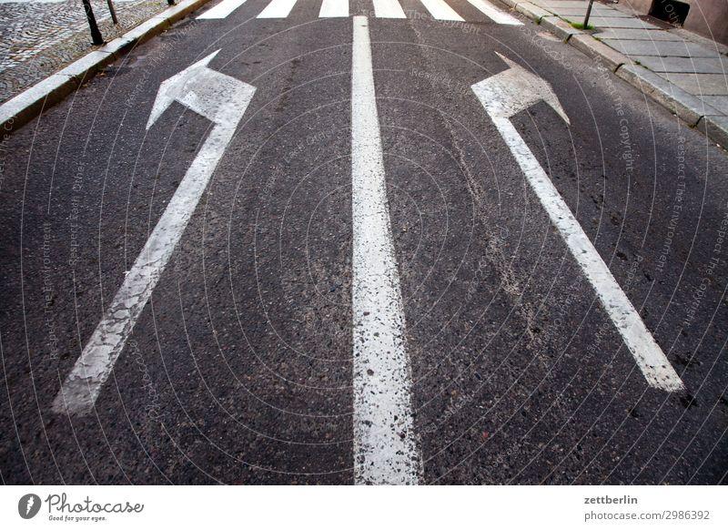 Rechts. Oder links. Straße Orientierung Navigation Ecke abbiegen Kurve Linie Asphalt Autobahn Zeichen Wege & Pfade Fahrbahnmarkierung Wegweiser