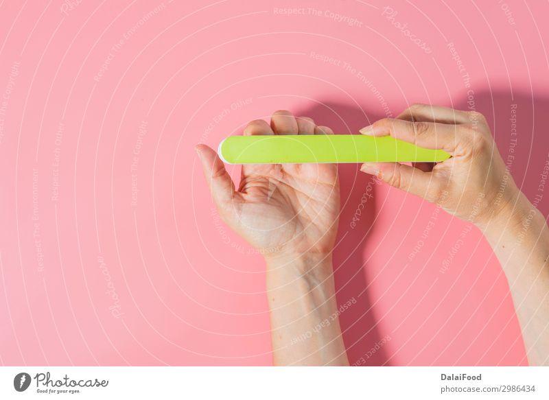 Frau, die Nägel in farbigem Hintergrund feilt. elegant schön Körper Haut Maniküre Kosmetik Behandlung Spa Mensch Erwachsene Hand Finger Kunst Wege & Pfade