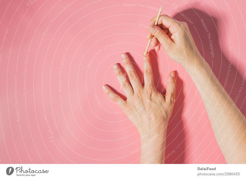 Nagelpflege Draufsicht Farbhintergrund schön Haut Maniküre Behandlung Spa Frau Erwachsene Hand Finger Kunst Aktenordner Holz Sauberkeit weich rot weiß Farbe