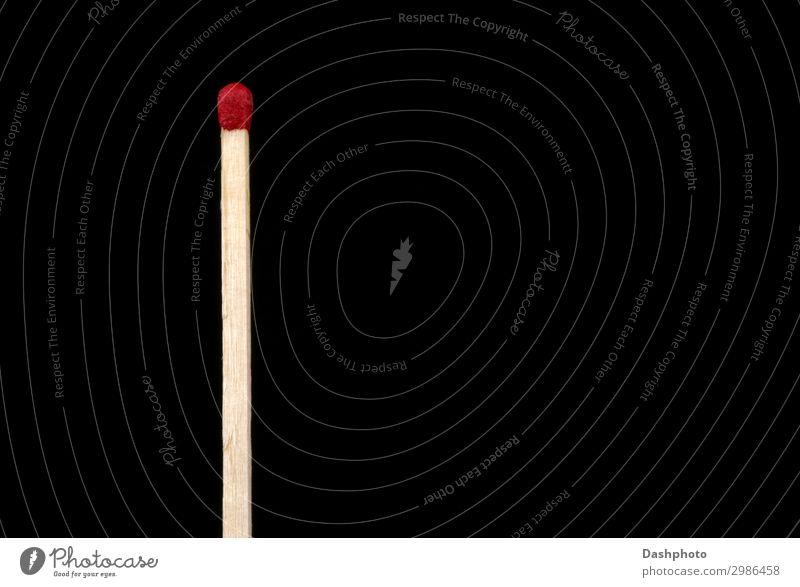 Großer Streichholzstab isoliert auf schwarzem Hintergrund Holz dünn heiß rot weiß Zündholz Streichholzkopf phosphorhaltig Korn Holzmaserung vereinzelt