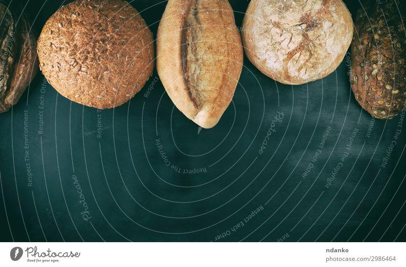 verschiedene Brote gebacken Ernährung Essen Frühstück Diät Tisch Holz dunkel frisch lecker natürlich oben braun schwarz weiß Tradition Bäckerei Holzplatte Müsli
