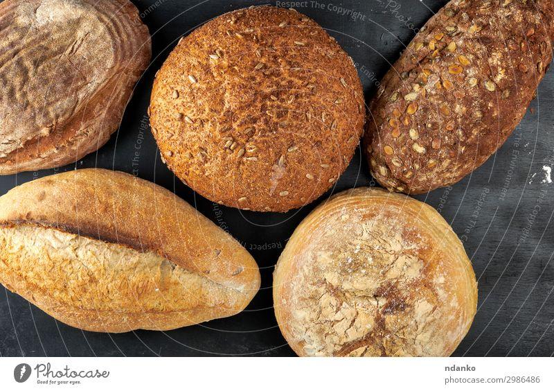 verschiedene Brote gebacken Ernährung Essen Frühstück Diät Tisch Holz dunkel frisch lecker natürlich oben braun schwarz Tradition Bäckerei Holzplatte Müsli