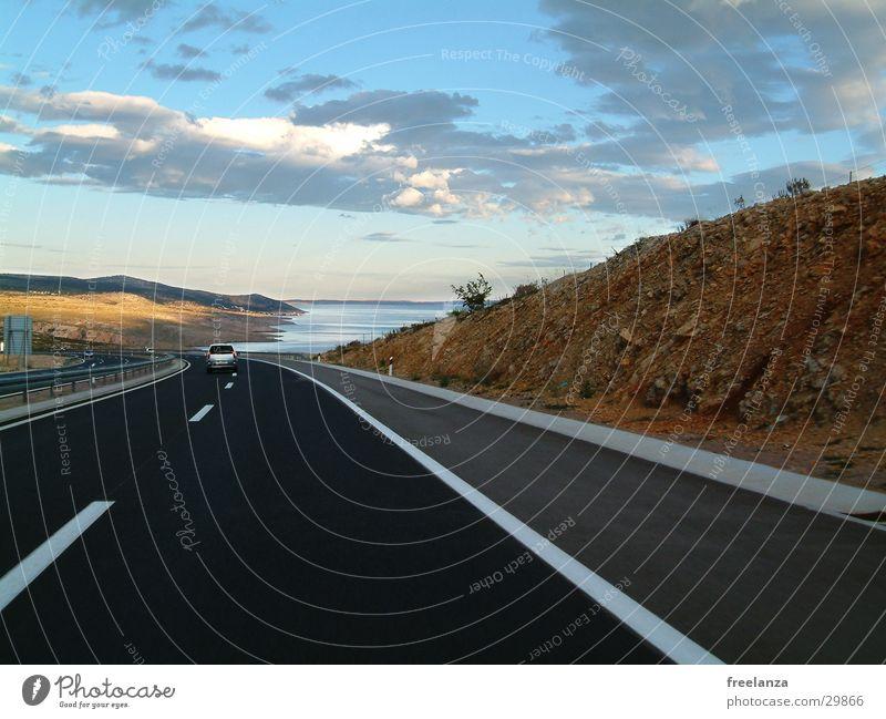 Straße ins nichts Meer See Hügel Ferien & Urlaub & Reisen Kroatien Einsamkeit Wolken Verkehr blau Himmel von solchen Straßen kann man in Deutschland nur träumen