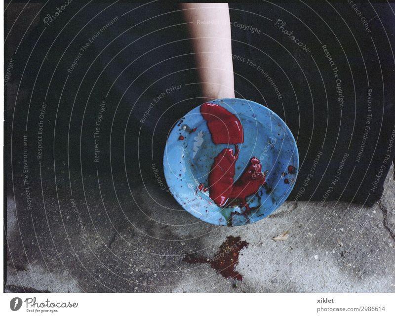 Platte Arme 1 Mensch Beton Tropfen gebrauchen außergewöhnlich Ekel verrückt blau rot schwarz Zufriedenheit nachhaltig Natur skurril Lebensmittel Blut Hähnchen