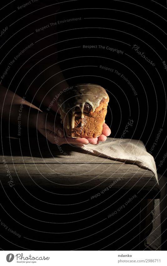 gebackenes traditionelles Gebäck zu Ostern Brot Kuchen Dessert Dekoration & Verzierung Tisch Hand festhalten dunkel braun schwarz Religion & Glaube Tradition