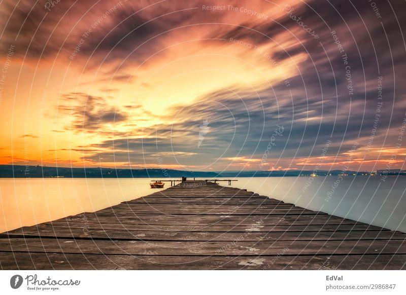 Aufregender Wolkenhimmel am Ufer mit hölzerner Mole und Boot Abenddämmerung erstaunlich Hintergrund schön Schönheit Brücke hell Windstille Wolkenlandschaft