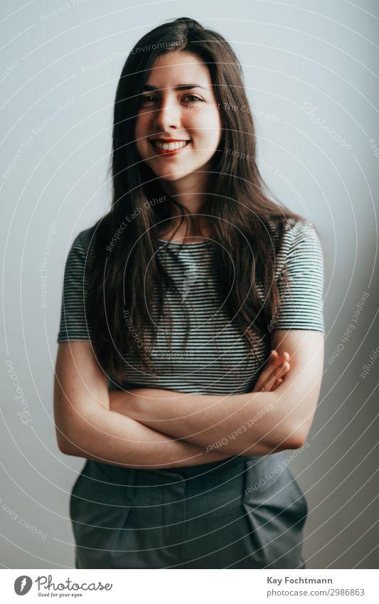 Lächelnde Frau mit langen Haaren attraktiv schön Schönheit braune Haare brünett lässig Kaukasier charmant heiter Selbstvertrauen selbstbewusst elegant Emotion