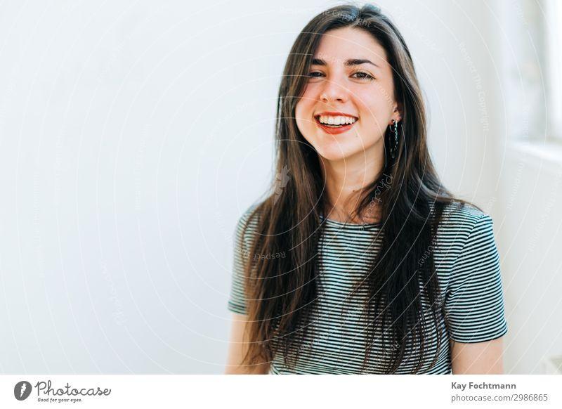 Lachende junge Frau mit schwarzen Haaren Lifestyle elegant Freude schön Lippenstift Wellness Leben harmonisch Zufriedenheit Student Mensch Junge Frau