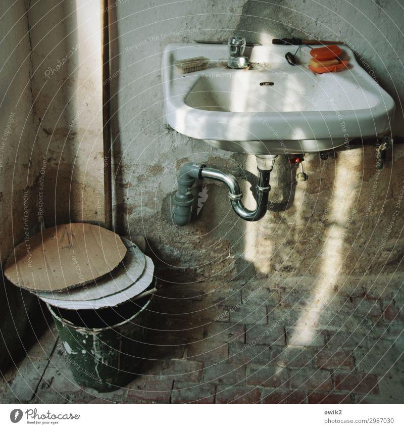 Gedeckelt Waschhaus Waschbecken Eimer Seifendose Wasserhahn Backstein Karton Pappdeckel Stein Metall Kunststoff leuchten alt dreckig trashig Vergangenheit