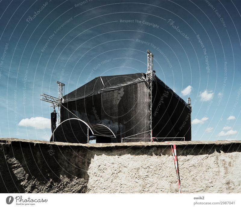 Immer an der Wand lang | Kein Zutritt Himmel Wolken Mauer Bühne Abdeckung Putz Stein Kunststoff fest groß Barriere rau Farbfoto Außenaufnahme